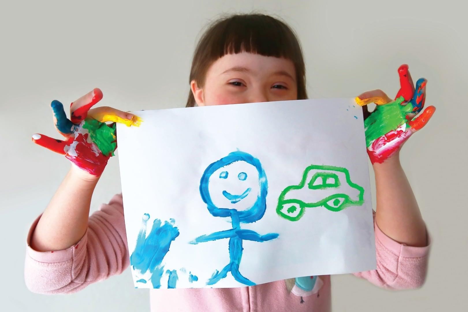 Jeune fille qui montre un dessin