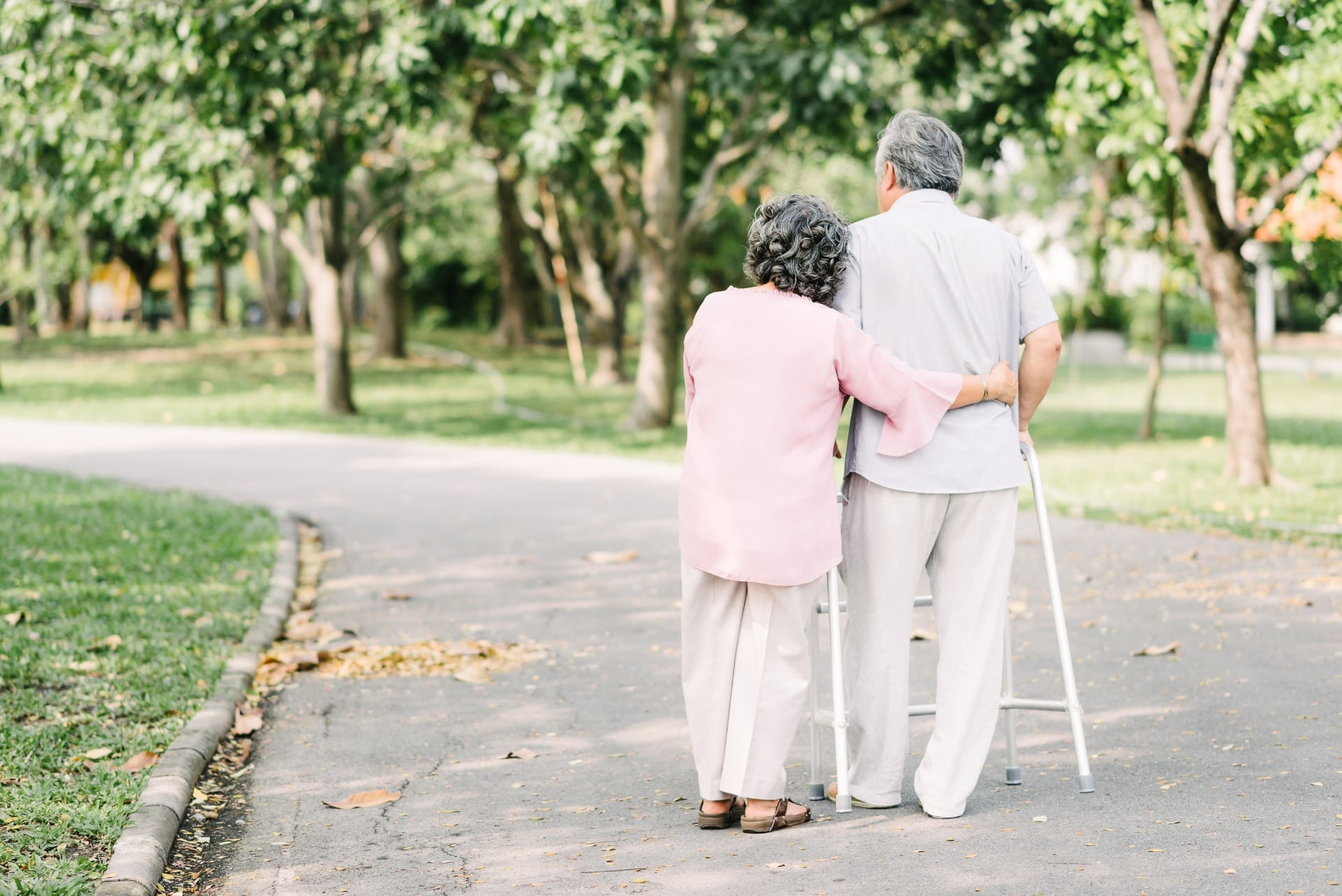 Personnes âgées à mobilité réduite qui se baladent